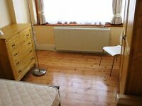 Large double room in Friendly, relaxed, tidy young professional central Croydon house share