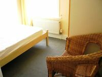 Well organised single room in young Professional houseshare near transport in Central Croydon