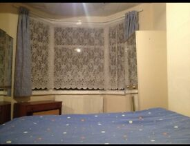 Large double room short walk to tooting station rail and Tooting Broadway tub