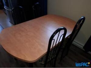 Table de cuisine avec 4 chaises et une rallonge