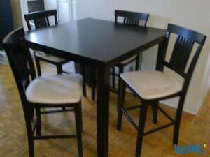 Table cuisine 42 x 36 avec 4 chaises de style bistro