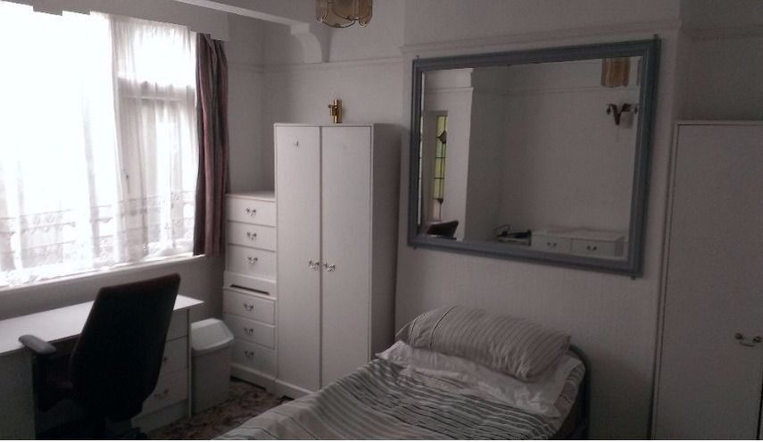 Large Room To Rent, All Bills Included, Wifi, 5 Minutes Walk To Bus and Underground Safe Clean Area