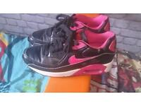Nike air max Pink and black size 4barely worn
