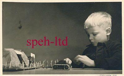 Original Foto / Junge mit seinen Figuren, Panzer, Bunker   ( 2 )