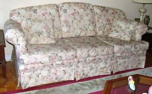 Victorian-Style Floral Couch - Excellent Condition