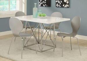 $399 - TABLE AVEC 4 CHAISES