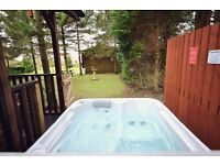 Holiday log cabin lodge with private hot tub! Sleeps 4
