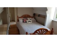 Double bedroom with private bathroom in the heart of Twyford, Berkshire