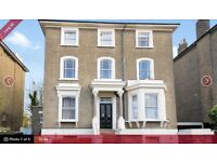 Converted victorian house with communal garden- easy access to trains and buses
