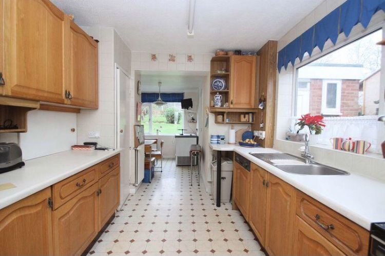 4 BED HOUSE TO RENT IN HAINAULT/CHIGWELL VERY MODERN AND CLEAN. CLOSE TO GRANGE HILL STATION.