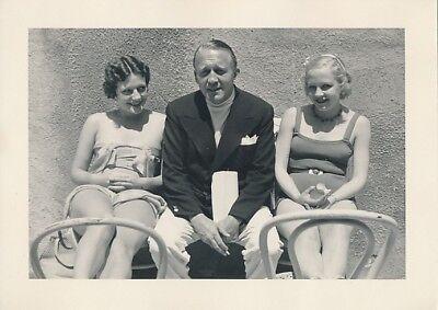Director EDMUND GOULDING & Leggy Starlets Vintage 1930s CANDID MGM DBW Photo