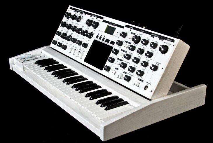 "Moog Minimoog ""lunar Impact"" Voyager Performer/ White Limited Edition //armens."