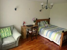 Furnished large double - 2 min walk to tram stop - bills included