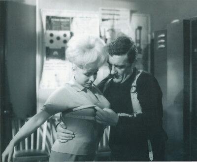 Bernard Cribbins and Barbara Windsor UNSIGNED photo - K8458 - Carry On Spying