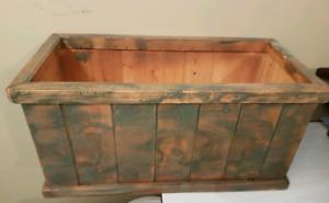 Boîte à fleurs en bois et outils de jardins