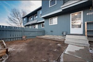 MUST SEE! 3 Bedroom Renovated Townhouse -14230-31 st