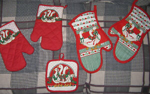2 Sets Christmas Oven Mitts and a Single Pot Holder