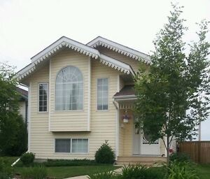 Sunshiny Main Floor in Lacombe! Utilities and Wifi included.