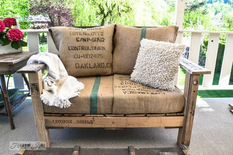 Two Pallet Chair With Bean Sack Upholstery / 8 Unique OUTDOOR Projects From Reclaimed  Wood /