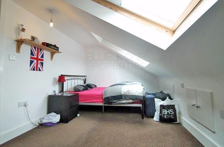 Modern[3 BED]2 Bathrooms Split-level flat.Close to Tube [Northern Line]. Very good Condition. SW17!!