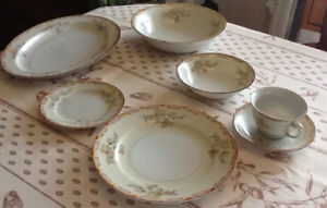 Ensemble de vaisselle antique