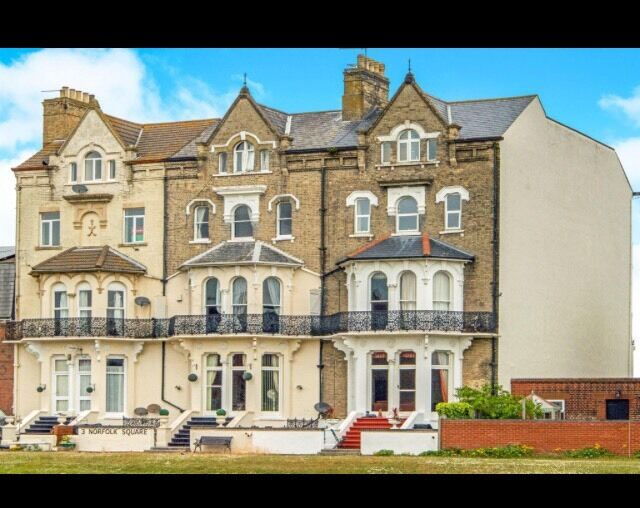 Spacious three bedroom apartment with sea views in Norfolk square,great Yarmouth,nr30 1EE
