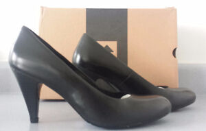 BRAND NEW IN BOX, Le Chateau Dress Shoes, Black Leather, Size 6