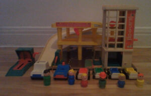VINTAGE FISHER PRICE LITTLE PEOPLE 930 1970 ACTION GARAGE LOT