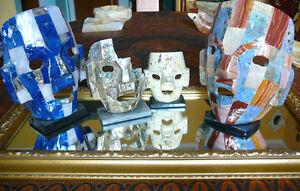 plusieurs objets d'Art Mexicain en pierre onyx, abalone, agate..