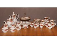"""Royal Albert """"Old Country Rose"""" Dinner Service"""