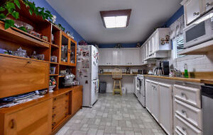 $400 FURNISHED ROOM_SINGLE FEMALE STUDENT_CONVENIENT_SAFE_CLEAN