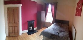 Double Room to rent in large 4 bedroom house close to town cenre