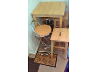 Oak Breakfast Table & 4 Stools. Good condition all around, very practical furnitures.