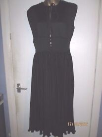 BEAUTIFUL PLEATED EFFECT BLACK DRESS THAT COMES TO THE KNEE SIZE 10/12