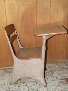 Exceptionnel Vintage Elementary School Desk