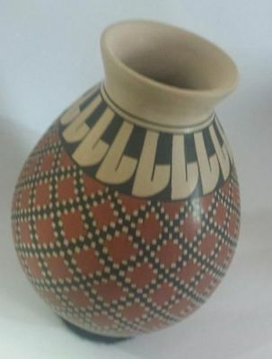 (Mata Ortiz paquime mexican pottery white clay vase grid design olla)