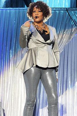 Whitney Houston 11x17 Mini Poster Silber Outfit Konzert