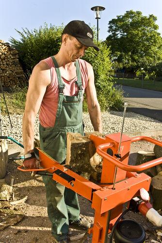 Geordnetes Feuer in Haus und Garten: Holzspalter im Einsatza