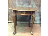 Beautiful Vintage Round occasional Coffee, Side, End Table, Queen Anne Legs
