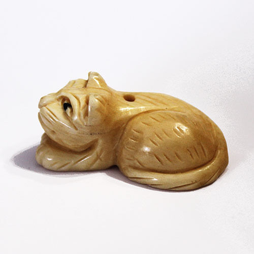 CARVED ANTIQUED NATURAL KITTY CAT BEAD 2 CATS BEADS B9