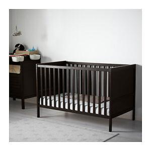 Lit de bébé IKEA Sundvik brun-noir avec matelas