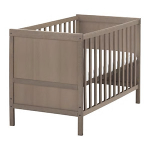 *** BABY CRIB CONVERTIBLE TO TODDLER BED ***