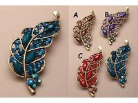 Gilt coloured crystal leaf brooch. - JTY233