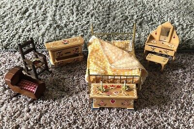 (Vintage dollhouse wood/metal hand-painted bedroom set (bed,vanity & More))