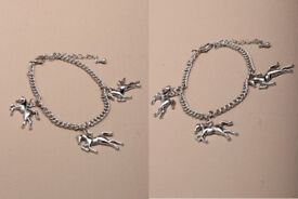 Silver coloured chain bracelet with Horse charms. - JTY149