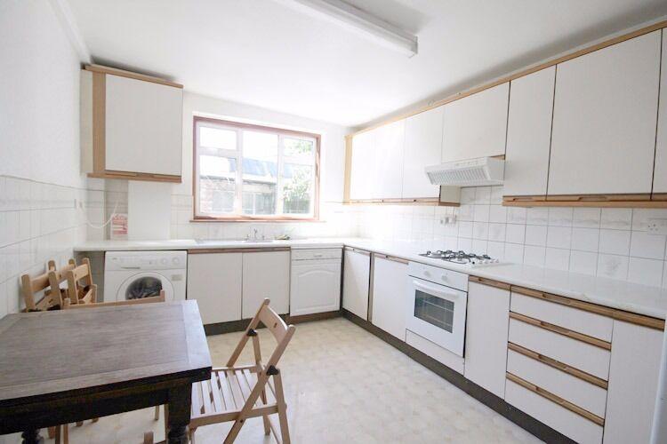 Well Presented 4/5 dbl bed Maisonette, Wood Floor, neutral decor, Kitchen/Diner
