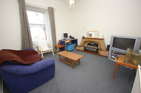 Spacious 2 bed upper-villa with separate lounge in Juniper Green available June - NO FEES!
