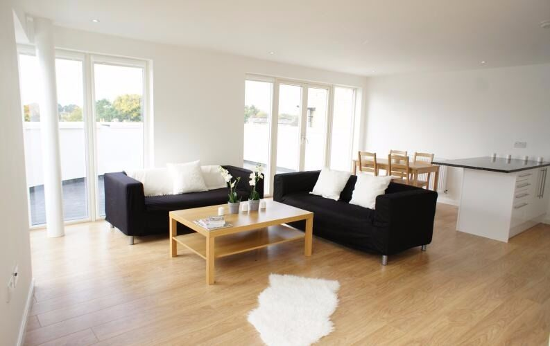 Spacious 2 bed with Balcony in great location - Oval