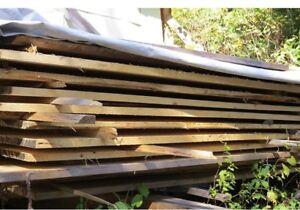 Planches de pins brut