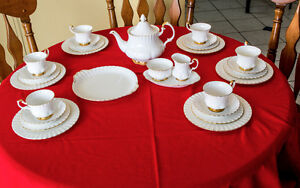 30-PIECE ROYAL ALBERT VAL D'OR CHINA LUNCHEON SET